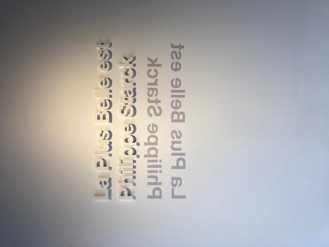 FLOSのLA PLUS BELLE、デザイナーはPhilippe Starck、ここにもミラー効果を意識した演出がありました