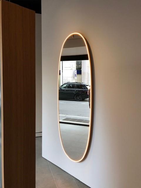 FLOSのLA PLUS BELLE、デザイナーはPhilippe Starck、縁が光る壁付けタイプのミラー照明