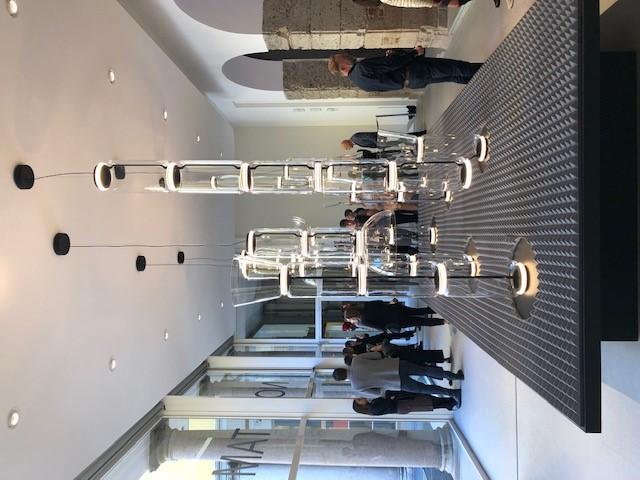 FLOSのNOCTUNBLE、デザイナーはKonstantin Grcic、巨大なスケールで展示されているNOCTAMBULE