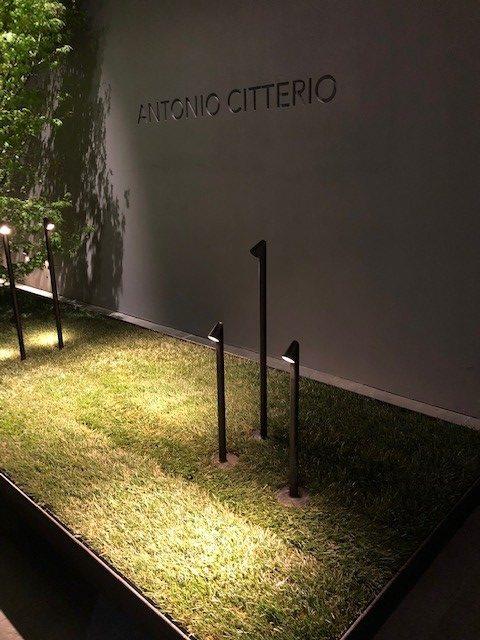 FIERA会場、FLOSの新作、WALKSTICK、デザイナーはAntonio Citterio