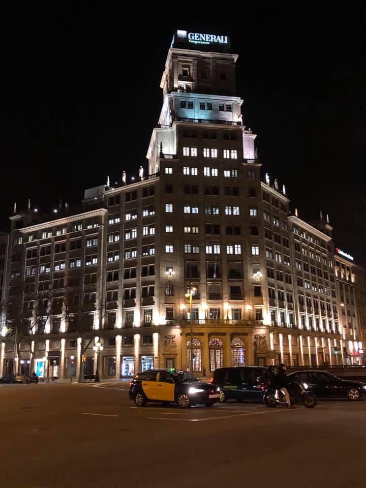 ヨーロッパの建築物のライトアップ、スペインバルセロナの古い建物