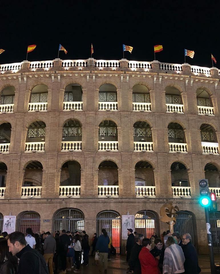 ヨーロッパの建築物のライトアップ、スペインバレンシアの闘牛場