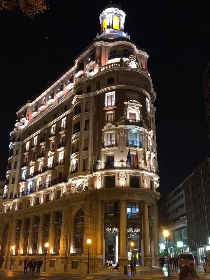 ヨーロッパの建築物のライトアップ、スペインバレンシアのBanco de Espana
