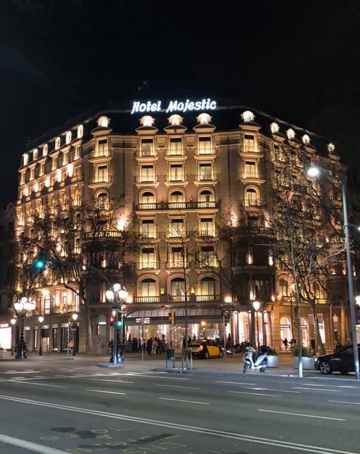 ヨーロッパの建築物のライトアップ、スペインバルセロナのホテルマジェスティック