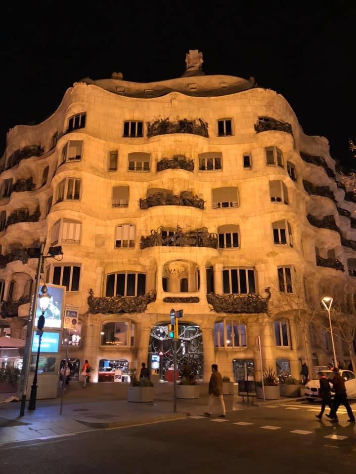 ヨーロッパの建築物のライトアップ、スペインバルセロナ、カサミラ、ガウディ