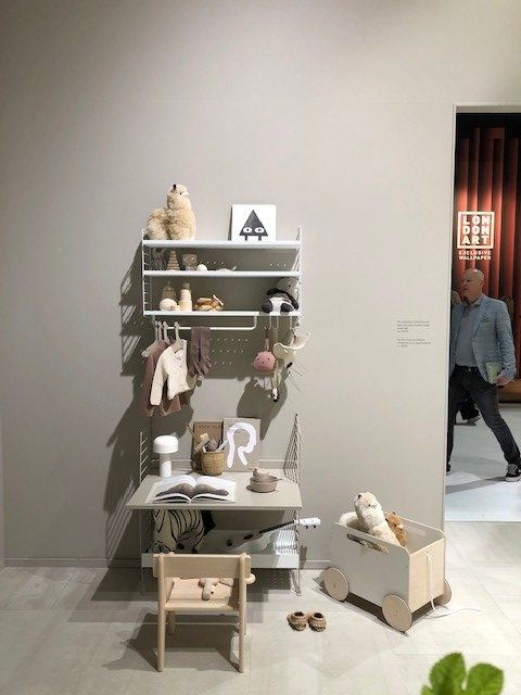 S.PROJECT、string®  furnitureの展示ブース、string®  systemとstring®  pocketのコンビネーション