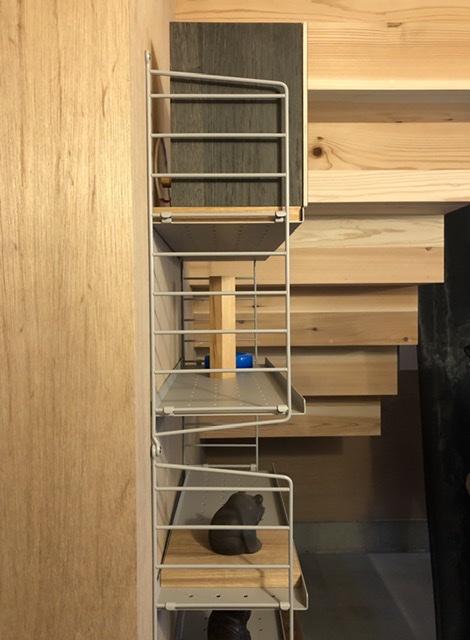スウェーデン製のウォールラックシステム、string® shelf、美しいデザインと機能性の両立