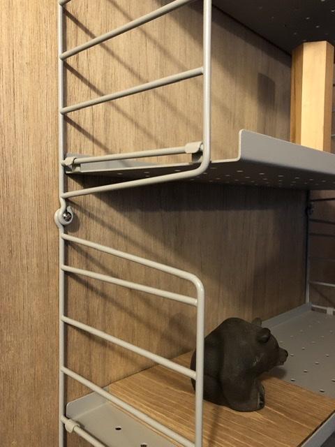 スウェーデン製のウォールラックシステム、string® shelf、一切の無駄を排した合理的な構造