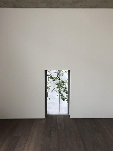 十七月の住居オープンハウス、腰高のはめ殺し窓